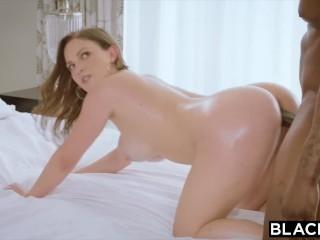 Sexy samička vyskúša sex s černochom