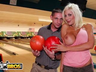 Blondi nainen ja amatööri kaveri