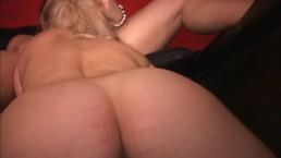 Gorgeous blonde MILF w...