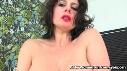 British milf Karina pushes...