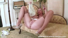 Blonde Milf Holly Kiss...