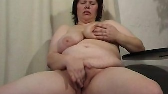 chunky mom didles with her chucky cunt