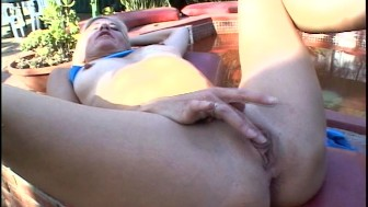 Mature MILF fingers herself