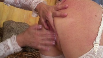 MILF with many different toys to play with (CLIP)