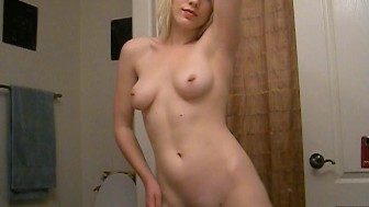 Perfect Selfshot Amateur Rubs Pussy in Mirror