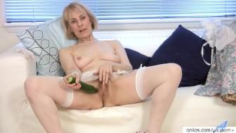Granny housewife fucks a cucumber