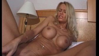 Sexy MILF shows us her hot bod (clip)