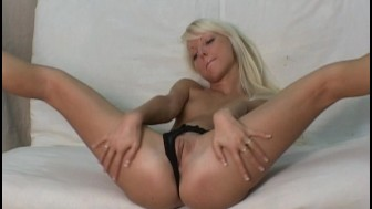 Incredible Vicki makes herself cum