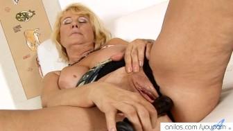 Bigtit granny cums on dildo