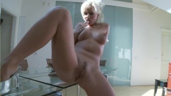 Busty Cindy makes herself cum - Playvision