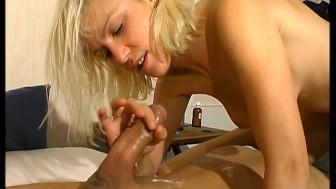 Jeune blonde sodomisee devant notre camera