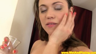 Pissing babe gives herself golden shower