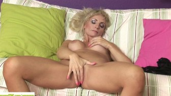 Horny Cougar Kyra Blond Fingers Twat