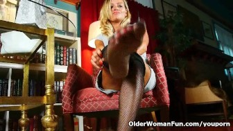 Mature mom can't resist her pantyhose fetish