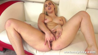 Sexy blonde Nesty dives into her own piss