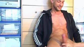 Juicy gym trainer with huge cock !
