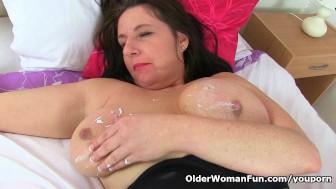 UK mum Jessica's tits and pussy need a massage