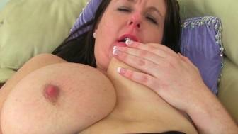 British milf Jessica Jay works her wet pussy
