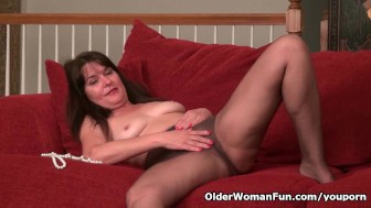 American milf Lani Lee loves the feeling of a dildo sliding in and out