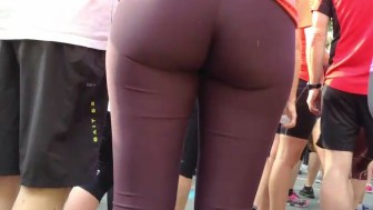 Round ass in tights gets spied during yoga