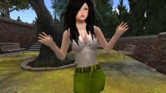 Une jeune brunette majeur en mini jupe en jean vert