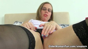 UK milf Sammie loves dildoing her mature pussy