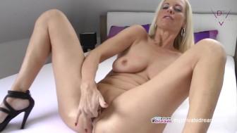 Seksuali mamytė-vokietė glamonėja savo skustą pizutę