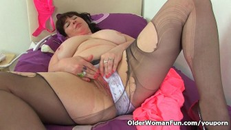 British milf Janey gives her hairy cunt a treat