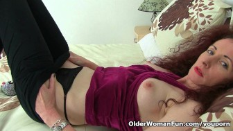 Skinny milf Scarlet gives her wet cunt a treat