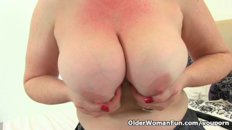 British milf Janey loves dildoing her hairy muff