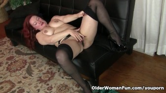 American milf Jessica O Hare gives herself a dildo treat