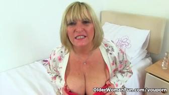 British gilf Alisha Rydes makes her shaven pussy tingle