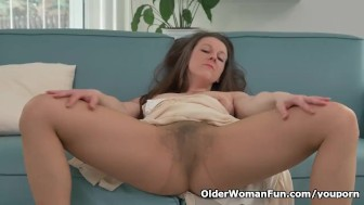 Hairy milf Valentina Ross masturbates in nylon
