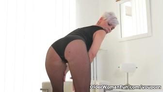 Vyresnio amžiaus moteris nusirenginėja