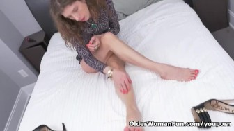 Canadian milf Janice puts her massager to good use